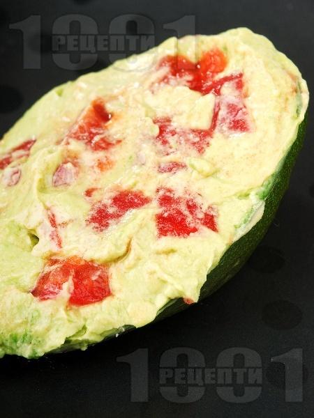 Разядка / салата гуакамоле с авокадо, лук, чесън и домати - снимка на рецептата
